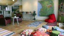 Iin kirjaston kesäolohuone toimii kunnan infopisteenä ja rentoutumispaikkana.