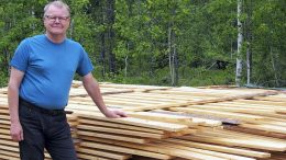 Tänään 60 vuotta täyttävä Ismo Piri aikoo keskittyä metsätaloustöihin ja alkaa hoitaa ja jalostaa metsiään. Pihalle on jo kertynyt lautatapuli odottamaan jatkokäyttöä.