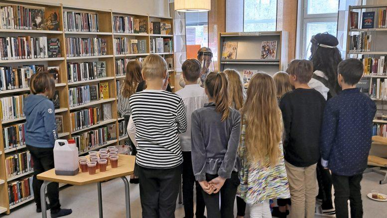 Mervi Myllymäen opettaman 4B-luokan kaikki oppilaat suorittivat kirjallisuusdiplomin. Oppilaita Martinniemen kirjastossa kirjakekkereillä.