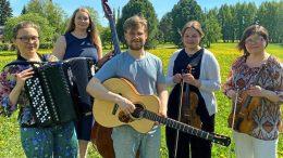 Musikkikurssin opettajat Erja Mesimäki, Fanni Hoppari, Lauri Marjakangas, Alisa Haapaniemi ja Jaana Herlevi. Kuva: Terhi Lassila.