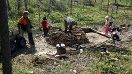 Tervaperinnettä siirretään lapsille Ylikiimingissä eri sukupolvien yhteistyössä. Nyt odotellaan, että säät tulevat otollisiksi haudan sytyttämistä varten. (Kuva: Esa Ukonmaanaho)