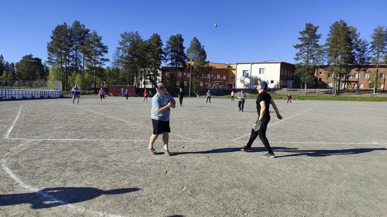 Ensimmäisellä pelikerralla osallistujat pääsivät kopittelun ja näpyharjoittelun jälkeen pelaamaan. Pelaamassa vierailevana tähtenä oli Sami Parttimaa. Kuva: Janne Väisänen