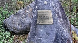 Janne Palokangas on yksi Ylikiimingin Vihan kiveen sattumalla törmänneistä. Vallesmannin poikana ja ryssänrenkinä tunnetun Kustaa Lillbäckin tiedetään käyneen Ylikiimingissä. Vihan kivi on saavut tekstilaattansa ja ilmeisesti 1980-luvulla (kuva Janne Palokangas)