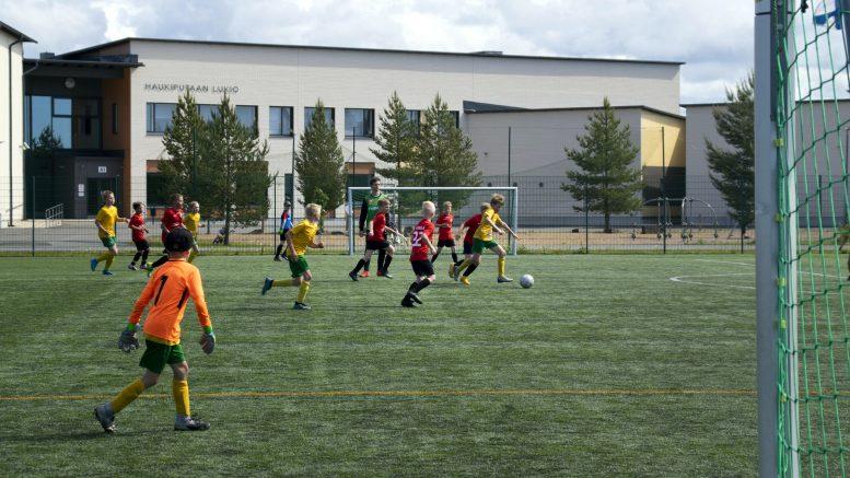 KesäPudas-turnaukseen oli saapunut joukkueita myös Oulun ulkopuolelta, esimerkiksi Raahesta ja Kokkolasta. Kuvassa kentällä ovat HauPan ja Tervareiden joukkueet.
