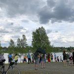 Ihmiset odottivat rannalla melojia ja Maakisen Martinniemen alkua nauttien kansanmusiikista.