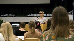 Rehtori Pia Räsänen kertoi, että Kiimingin lukion ylioppilasjuhla oltiin varauduttu striimaamaan kotiväelle, ja viettämään paikan päällä ainoastaan koulun henkilökunnan ja ylioppilaskokelaiden kesken.