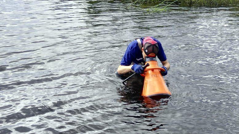 Vesikiikaroijia ja työkoneita on näkynyt viime ja tällä viikolla Iijoen vanhalla uomalla. (Kuva: Perämeren Kalatalousyhteisöjen liitto)