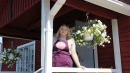 Kahviovastaava Juuli Käyrä kertoo asiakkaiden olevan tyytyväisiä kun Iin kotiseutumuseon pihapiirissä oleva kahvila on tauon jälkeen taas avoinna. Kahvilan yläkerrassa on museon näyttelytiloja.