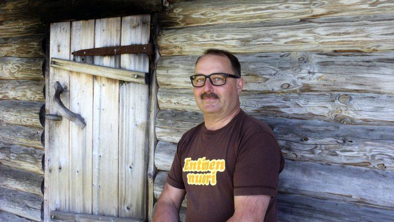 Tänään 60 vuotta täyttävä Lauri Kauppila istuu itse rakentamansa savusaunan edustalla. Se on luonnollisesti yksi parhaista saunoista, vaikkei niitä hänen mukaansa voikaan laittaa paremmuusjärjestykseen.
