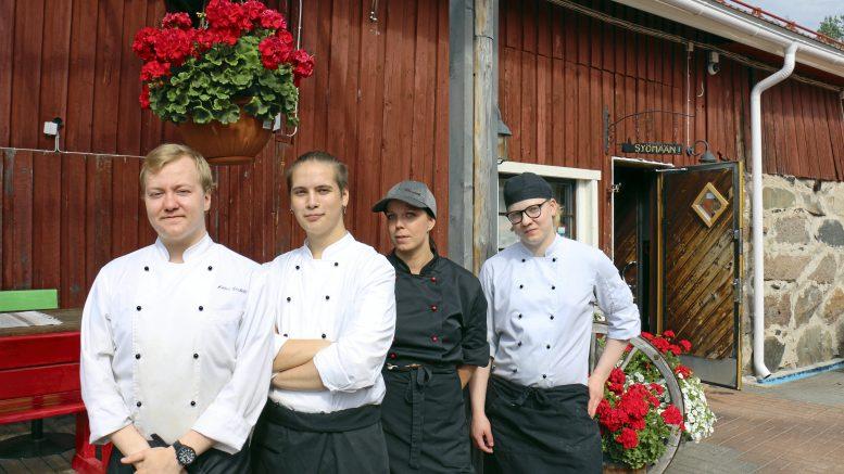 Ruokaa Ravintola Navetassa valmistavat muun muassa kokit Niklas Leskelä, Elias Marjanen, Annika Haikonen ja Marjus Jokitalo. Keittiön esimies Joonas Grekelä oli kuvaa ottaessa vapaalla.