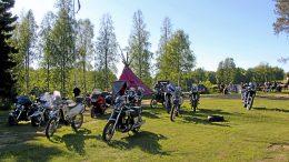 Koivuniemen koulu Kuivajokivarressa on on ollut yli 15 vuotta SiKu Moto MC:n kerhopaikkana. Iso Piha täyttyy tapahtumien aikaan moottoripyöristä. (Arkistokuva Maarit Halttu)