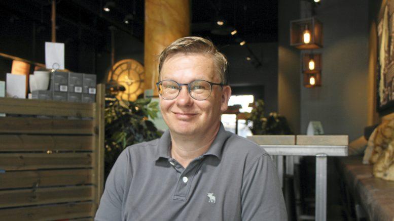 Juha Koskela on asunut Saksassa vuodesta 2005. Kesäisin hänen perheellään on tapana käydä Suomessa. Yleensä kesäisin Koskela ottaa taukoa esiintymisestä, mutta tänä vuonna koronasta johtuneen esiintymistauon jälkeen hän ei kokenut tarvetta ottaa lomaa laulamisesta.