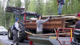 Tien varteen päästyä puutavara siirtyi rivakasti mönkijöiden kyydistä traktorin peräkärryyn.