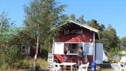 Kahvila Niemennokka jatkaa Haukiputaan Veikkojen monta vuotta sitten pitämän kahvilan perintöä. Kahvilan sijainti on rantapäivää viettäville asiakkaille otollinen.