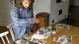 Vanhojen kuvien läpikäyminen on tärkeä osa Oiva Latvalehdon tekemää historiikkia. Moni kyläläinen toi Koljun majalle kuvia auttaakseen kylähistoriikin tekemisessä.