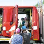 Yli-Iin vapaapalokunnan esittelyssä pääsi tutustumaan palokalustoon lähietäisyydeltä. Kuvassa paloautossa istuvat Juho ja Aada.