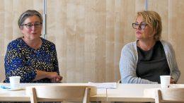 Lea Aalto (oikealla) ja Seija Kaisto kertoivat Iin kylien neuvottelukunnan jäsenille työllistämishankkeesta, jonka puitteissa yhteydenpito yhdistysten suuntaan alkaa heti. Hanketoimijat toivovat myös, että vastaavasti yhdistyskentältäkin otettaisiin rohkeasti yhteyttä heihin. Kuvat: Ismo Piri.