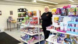 Jaana Koistinen avasi tällä viikolla Jääliin Euro95-kauppansa, jossa myydään muun muassa laivakarkkeja, Ruotsin herkkuja sekä edullisia outlet-eriä. (Kuva: Teea Tunturi)
