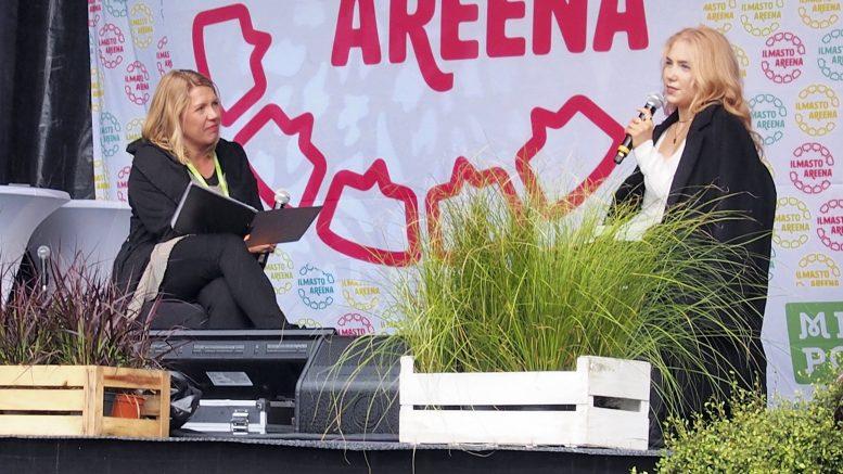 IlmastoAreenan lauantaissa kuultiin myös ilmastoherätyksen saaneen laulaja-lauluntekijä Evelinan (oikealla) haastattelu. Haastattelijana Päivi Annala. Kuva: Ismo Piri