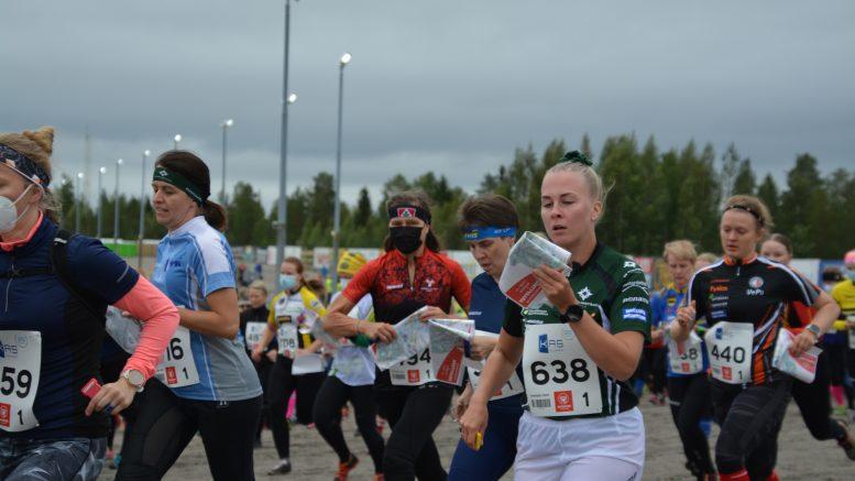 SK Pohjantähden nelosjoukkueen Tiia Impiö (638), Ylikiimingin Nuijamiesten kakkosjoukkueen Piia Parkkinen (kesk. toinen oikealta) sekä Vesaisen Poikien kakkosjoukkueen (440) Minna-Mari Kukkola lähtevät keskittyneesti Mäntyvaaran raviradalta kohti kisamaastoa.