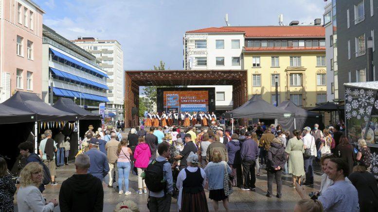 Rotuaarin aukio täyttyi lauantaina Kaupunnikarkeloista. Rotuaarin lavalla esitettiin kansantanssia ja kansanmusiikkia. Viisi tuntia kestävää ohjelmistoa rytmittivät myös reippaat sade- ja raekuurot.