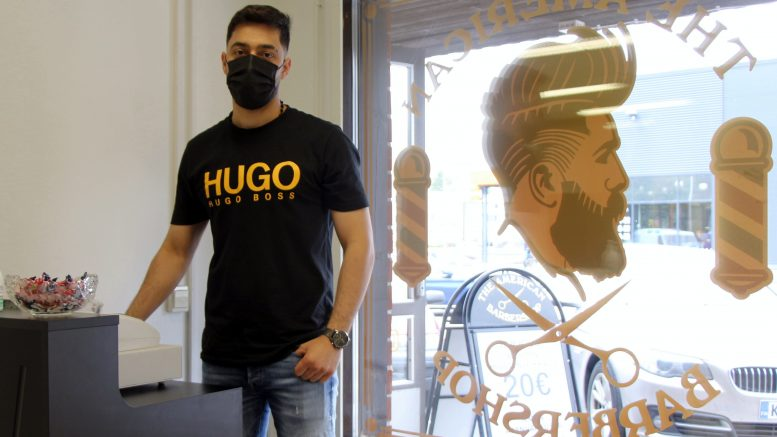 Yousef Al Duaimin The American Barbershop palvelee Jäälissä asiakkaita ilman ajanvarausta. (Kuva: Teea Tunturi)