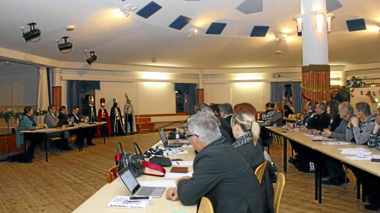 Iin kunnanvaltuusto vuonna 2017 pitämässä kokousta Kuivaniemen Merihelmessä.