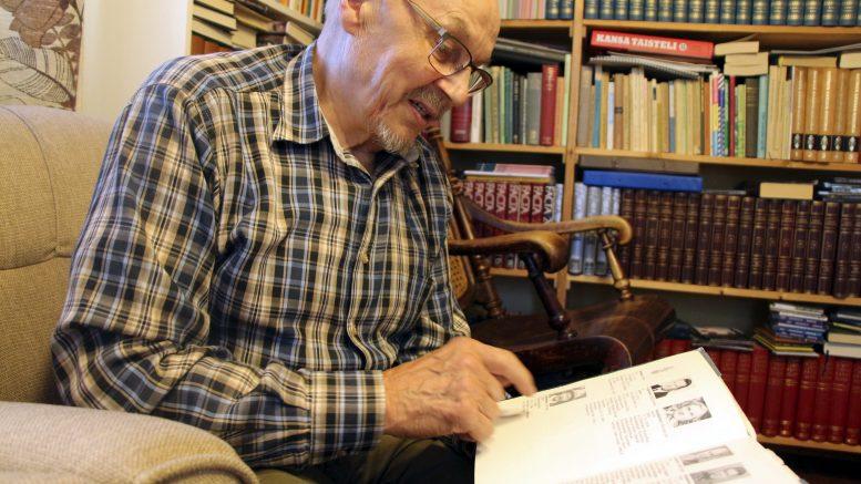 Huttukyläläinen Yrjö Runtti on seuraillut oman kylän ja Kiimingin miesten vaiheita sodissa eri kirjallisuudesta. Pohjaa ovat antaneet myös muun muassa oman isän ja äidin kertomukset sota-ajoista. (Kuva: Teea Tunturi)