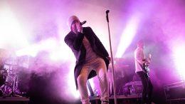 Perjantaina esiintynyt Happoradio keräsi faneja eturiviin jo hyvissä ajoin ennen keikan alkua.