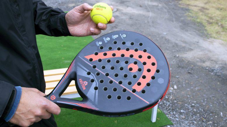 Padelia pelataan padelmailalla, jonka ydin on vaahtomuovia. Padelpallo muistuttaa ulkoisesti tennispalloa, mutta ei ole yhtä kimmoisa.