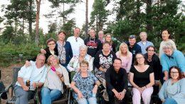 Tänä vuonna 60 vuotta täyttäneitä ja täyttäviä entisiä Kellon koulun oppilaita kokoontui Virpiniemeen. Aivan kaikki mukana olleet eivät ole yhteiskuvassa. Kameran takana kuvanottajana oli Tarja Isohätälä.