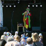 Peetu-Pellen esitys kirvoitti naurua niin lapsilta kuin aikuisiltakin. Peetu kierteli shownsa jälkeen vielä markkina-alueella jututtamassa lapsia ja esittelemässä Pulla-koiraansa.