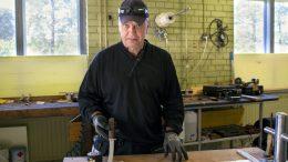 Ari Malmberg haluaa valmistaa elinkaaren mittaisia keittiöveitsiä. Yritys MorelKnives löysi tuotantotilansa Iin Rantakestilästä.