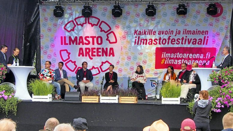 Kalle Pyky ja Tuuli Hietaniemi tivasivat poliittisilta päättäjiltä näkemyksiä ilmastonmuutoksen hillitsemisestä. Panelistit vasemmalta Juhani Klemetti, Henrik Wickström, Mika Pietilä, Jenni Pitko, Minna Minkkinen, Mari-Leena Talvitie, Juha Sipilä ja Saija Hyvönen. Oikealla professori Jyri Seppälä, joka kommentoi keskustelua muun muassa todeten, että panelistien tahtotila oli yhteinen, mutta haasteena tulee olemaan rahallisten resurssien jakaminen.