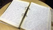 Väinö Rousu käsin kirjoittamia muistelmia on paksu kansiollinen.
