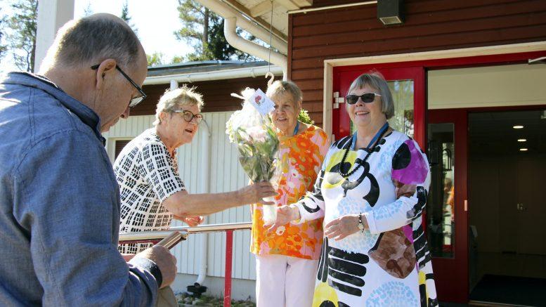 Yli 40 vuotta Onnelan toiminnassa mukana olleet Pirjo Hätälä (oik.), Ritva Tolonen ja Ritva Niemi olivat vastaanottamassa Onnelaan tulijoita. Onnitteluvuorossa Pasi Haapakangas, yhteistyökumppani Asemakylän kyläyhdistyksen puitteista ja Kiiminkijoki ry:stä.