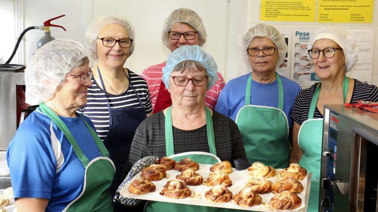 Yli-Iin SPR:n leivontaryhmään kuuluvat Kaisa Hökkä (vasemmalta), Raija Heinonen, Marja-Liisa Paaso, Kaisa Lahdenperä, Ritva Körkkö ja Eila Saarela (edessä) leipoivat perjantaina pullia Nälkäpäivän hyväksi.