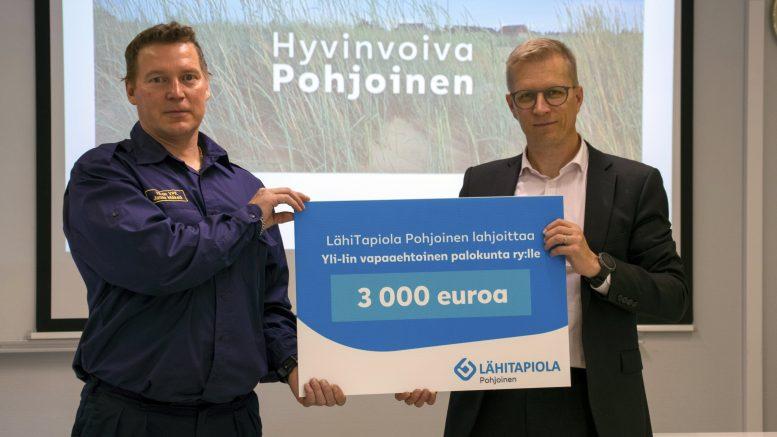 Janne Mäkelä otti vastaan 3000 euron lahjoituksen, jota luovuttamassa oli LähiTapiola Pohjolan Sauli Jaakkola.