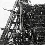 Halosenniemen sahan tukkipuolen työmiehiä 1920-luvulla. Työnjohtaja kuvassa todennäköisesti oikeassa laidassa, sillä hänellä ei ole työkaluja kädessään, toisin kuin muilla.