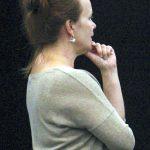Irene Räty tarkkailee tanssien koreografioita harjoituksissa. Kuva: Auli