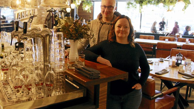 Susanna ja Kimmo Kallio luotsaavat Samantta Hotel & Restaurantia, joka on toiminut Haukiputaalla 50 vuotta. Kulunut vuosi rajoituksineen on ollut erikoinen, mutta samalla uudistumisen aikaa. Mennyt kesä yllätti yrittäjät täysin menestyksellään. Myös syksy vaikuttaa todella hyvältä. (Kuva: Auli Haapala)