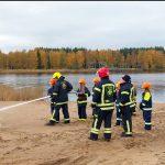 Palokuntanuoret tutustuivat palon vaiheisiin sekä pumppukaluston ja suihkuputkien käyttöön.