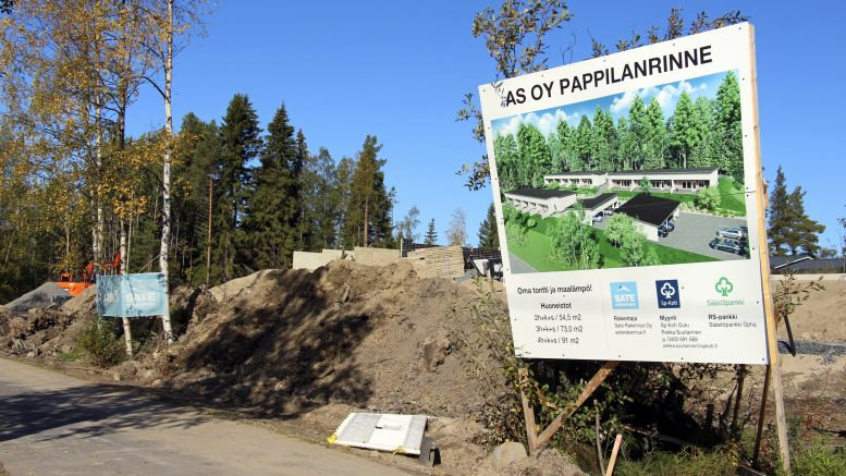 Pappilanrinteen rivitalot rakennetaan Haukiputan keskustan länsipuolelle Rannantien varteen Santaholman suunnalle. Ensimmäinen vaihe on rakenteilla ja toinen vaihe alkaa ensi kesänä taaempana näkyvän metsän kohdalle.