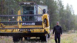Alakyläläinen maanviljelijä, karjatilallinen Janne Isokanniainen sai viime viikon loppupuolella kaikki puinnit pelloillaan tehtyä. Sato osoittautui hyväksi ja nyt tilan karjalle riittää omaa viljaa syötäväksi lähes kokotulevan kauden ajaksi. (Kuva: Teea Tunturi)
