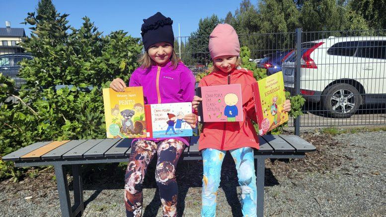 Erika ja Alisa seurasivat eskarissa yläkoululaisten lukemia satuja. (Kuva: Mona Kela)
