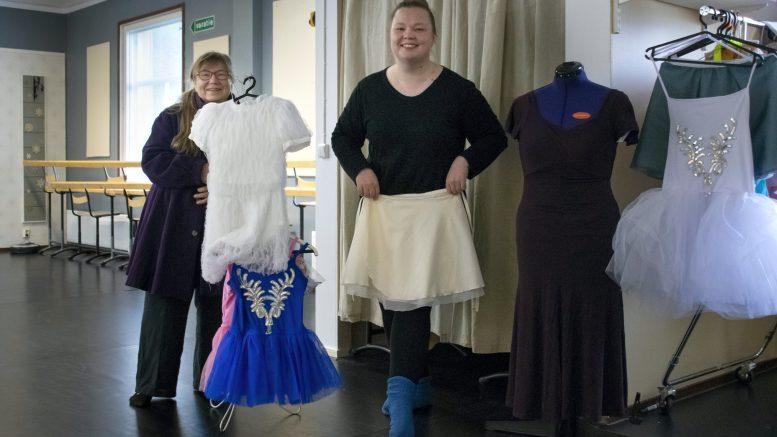 Lea Backman (vasemmalla) ja Miia Sutinen esittelemässä Taitotalon puvustuskokoelmaa. Puvustamiseen tutustuminen kuuluu olennaisena Taitotalon näyttämötyön kursseihin.