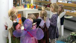 Torstaina Vettenhaltijat-näyttelyä oli esittelemässä mukava joukko pieniä Vettenhaltijoita.