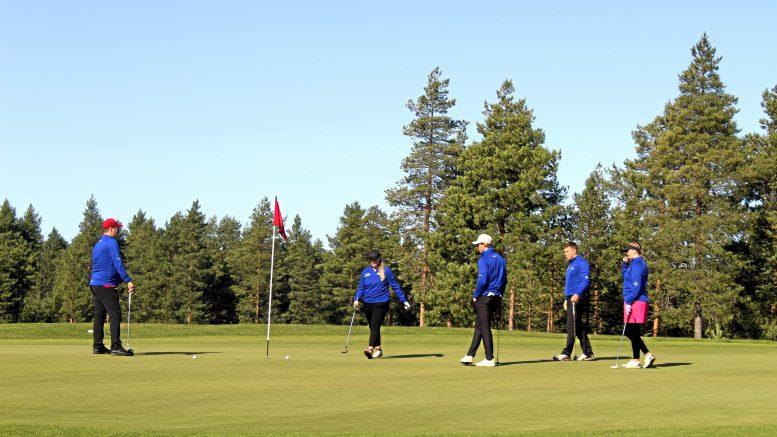 Väylältä 18 aloittaneet Juha Perälä, Jaakko Saariluoma, Emma Toivio ja Satu Virkkunen puttasivat Sebastian Ahon kanssa pallot reikään.