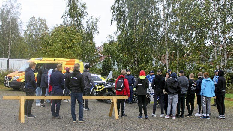 Kellon koulun 9B-luokka rastilla, missä poliisit kertoivat esimerkiksi siitä, kuinka paljon liikenteessä törttöily voi vaikuttaa jokaisen omaan tulevaisuuteen.