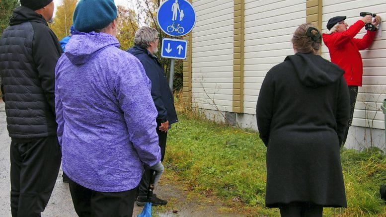 Ii-seuran Juhani Maalismaa kiinnitti muistolaatan Seurakujalla sijaitsevan ja monena palvelleen, edelleenkin hyväkuntoisen entisen nuorisoseurantalon seinään.